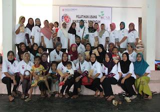 Indocement Latih Usaha Amplang Untuk Desa Binaan