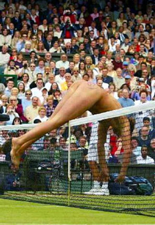 smiješan huligan na teniskom terenu