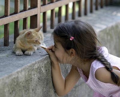 Niña con su gatito