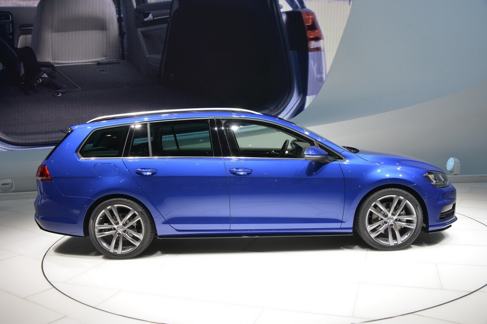 vw launches golf estate concept r line at the geneva motor. Black Bedroom Furniture Sets. Home Design Ideas