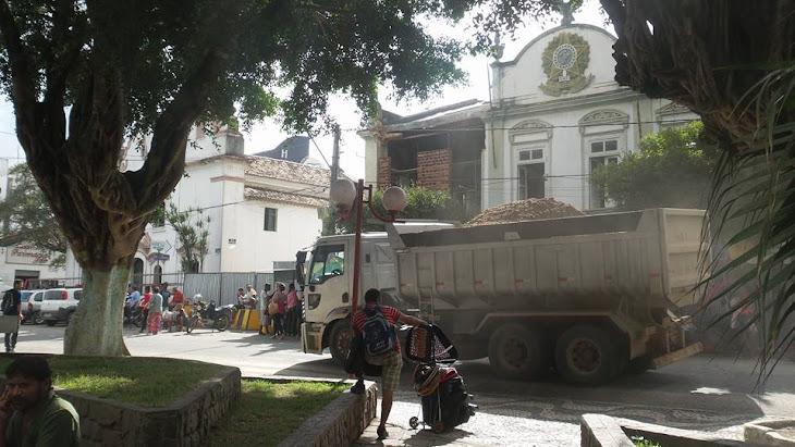 SERRINHA:Todo tipo de cargas são transportadas pela praça Luiz Nogueira.Isso pode?
