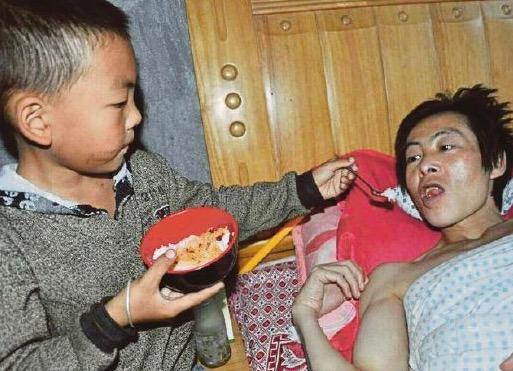 Budak 7 tahun pikul tanggungjawab jaga bapa yang lumpuh