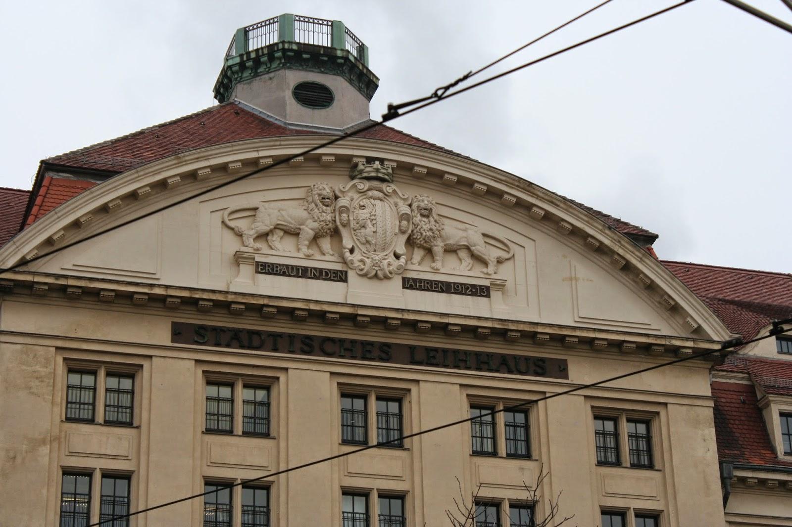 """Hier noch am Haus die Aufschrift """"Städtisches Leihhaus"""" sowie das Erbauungsdatum - zu DDR Zeiten wurde das Gebäude als """"Haus der Dienstleistungen"""" oder besser gesagt als """"VEB Dienstleistungskombinat"""" genutzt"""