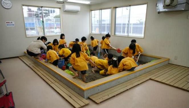 Anak anak bermain di dalam ruangan anak anak yang tinggal di sebuah