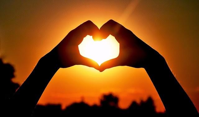 image soleil drôle sous forme d'un coeur avec les mains