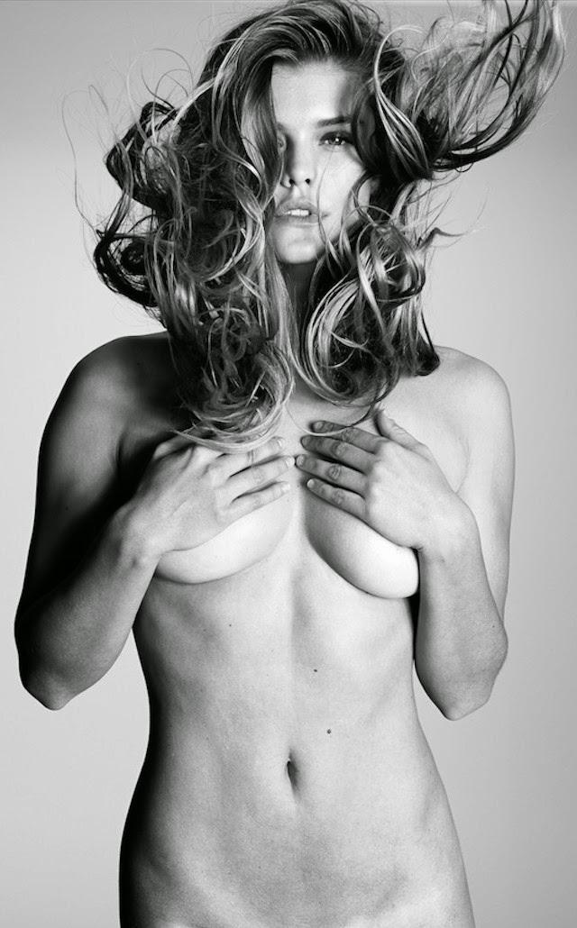 Nina Agdal se muestra en topless