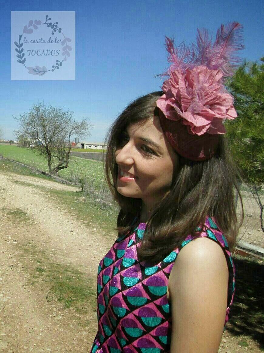 Tocado Licia color vino y rosa maquillaje combinado con vestido estampado en varias tonalidades.