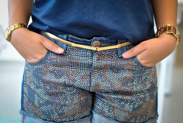 shorts jeans com tachas e transfer