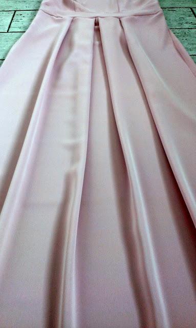 różowa suknia