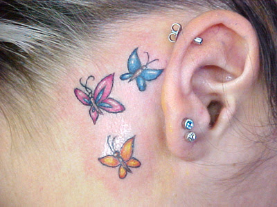 Tatuagem de borboleta feminina, atraz da orelha