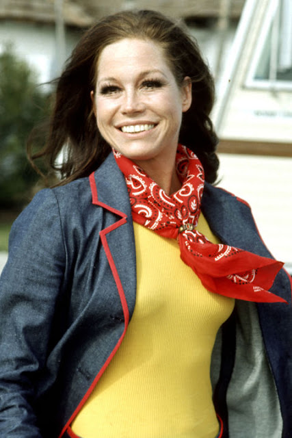 Mary Tyler Moore, red bandana, silk neck scarf, 70's style