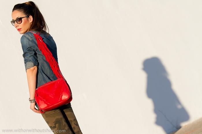 blogger de moda de Valencia con bolso rojo camisa denim y jeans camo