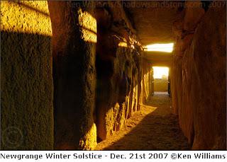 https://www.google.it/imgres?imgurl=http://www.newgrange.com/winter-solstice/solstice-2007.jpg