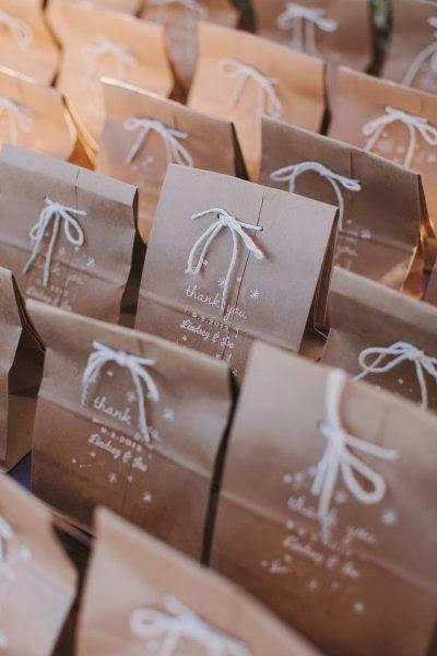 regalos en bolsas de papel kraft