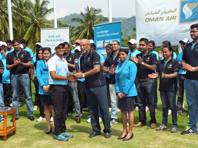Vidush Rajendran, Nett Runner-Up receiving his trophy and prize from Gihan Karunaratne, Country Manager for Sri Lanka and Maldives, Oman Air.