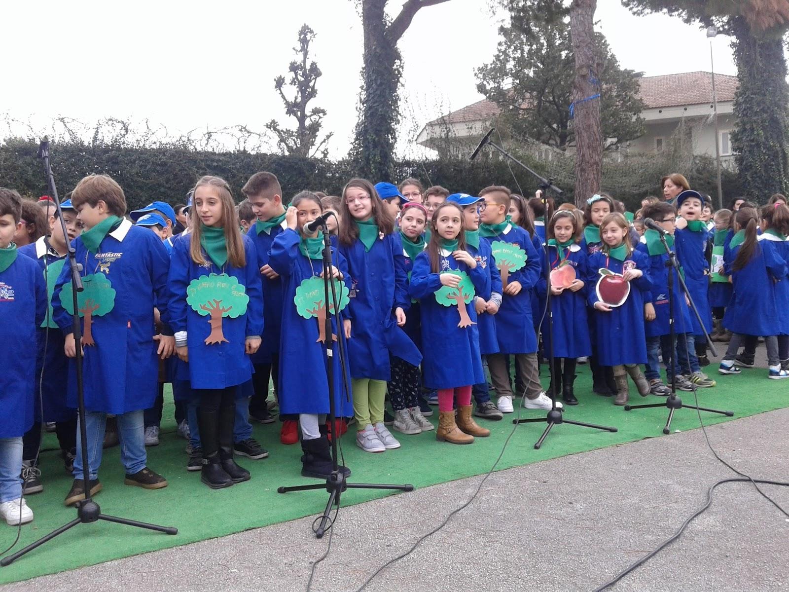 Un momento della manifestazione Gli alunni si preparano ad esibire un canto