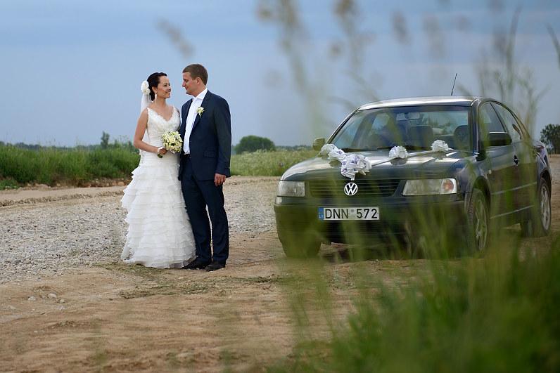romantiška vestuvių fotosesija su automobiliais
