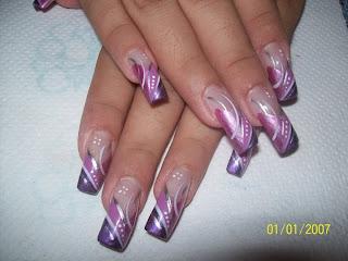 modelo de uñas rosado y morado rayas y flores