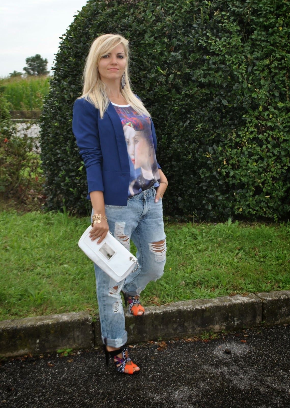 outfit boyfriend jeans destroyed blazer e tacchi outfit jeans e tacchi outfit blazer outfit blazer blu outfit canotta stampata outfit bracciale monete d'oro outfit estivi outfit estate 2014 outfit agosto 2014 outfit di mariafelicia magno fashion blogger di colorblock by felym abbinamenti boyfriend jeans come abbinare i boyfriend jeans how to wear boyfriend jeans how to wear blazer majique london fashion blogger bionde fashion blogger italiane fashion blogger milano colorblock by felym sandali pimkie fblogger lookbook streetstyle