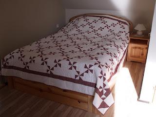 Patchwork ágytakaró bordó szélforgó mintával, foltvarrással, szabad gépi tűzéssel