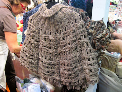 Poncho con il telaio quadrato di maria gio un telaio di legno per lavorare la lana