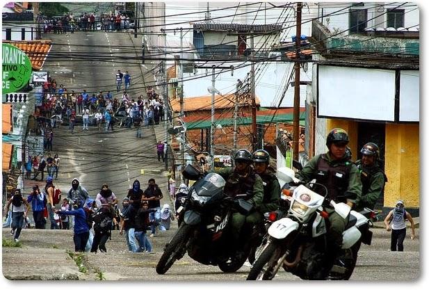 En San Cristóbal-Táchira, policía nacional bolivariano acciona su arma de reglamento contra tres estudiantes de la UCAT
