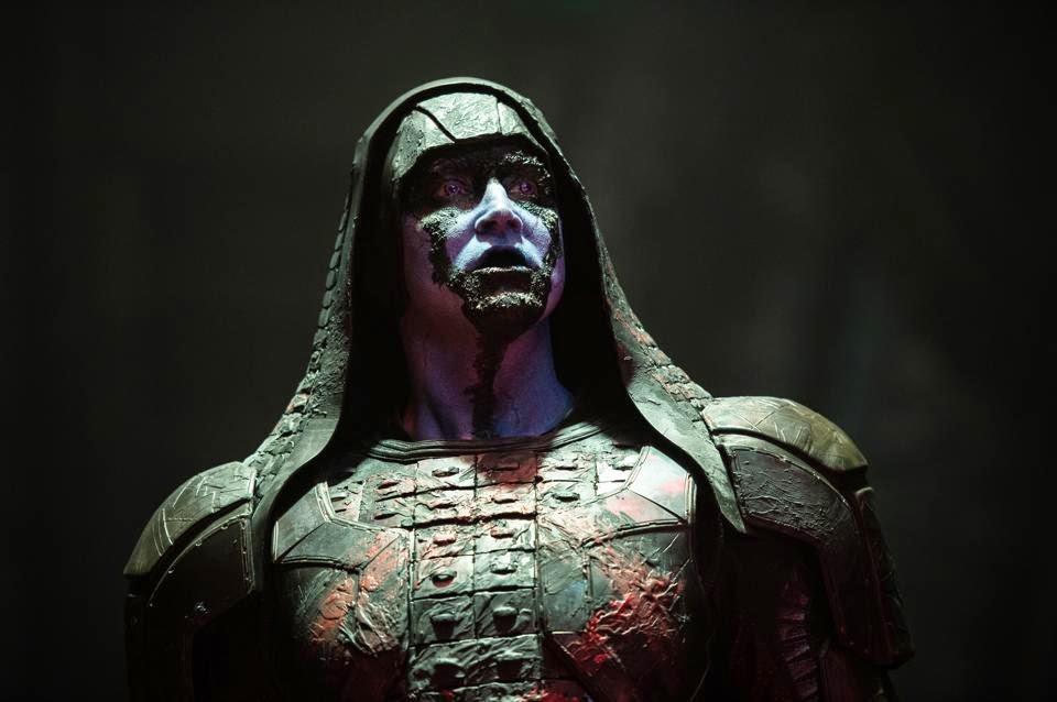 Ronan, sorte de Dark Vador avec un tapis de douche sur la tête au lieu du casque, et le maquillage de Dark Maul en plus négligé.