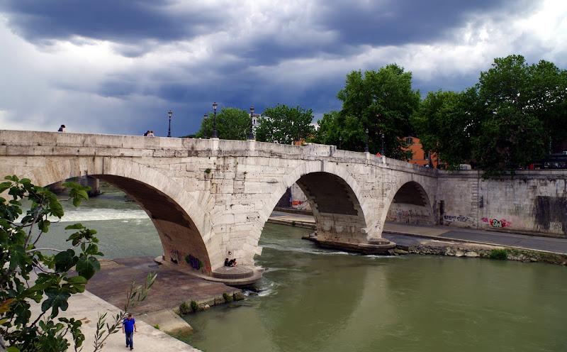 Ponte Cestio (auch Ponte San Bartolomeo) verbindet das Stadtviertel Trastevere mit der Tiberinsel (Rom)