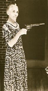 Viuda de Pat Garret con la pistola que mato a Billy the kid