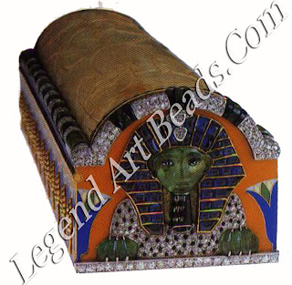The genius of the case lies in the two ends, each of which is set with a jeweled sphinx with an onyx and diamond body, emerald paws, and a pharaonic face carved out of one piece of emerald. Reflecting the mania for Tutankhamun and the 1922 excavations, Cartier recalled his funerary mask with sapphires and the diamond cobra, symbol of his rule over Lower Egypt.