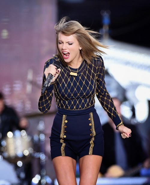 "Mit ""Blank Space"" on stage. AMAs 2014: Taylor Swift Releases New Single"