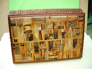 Scatola con coperchio intarsiato(legni esotici e nostrani) fascia intagliata
