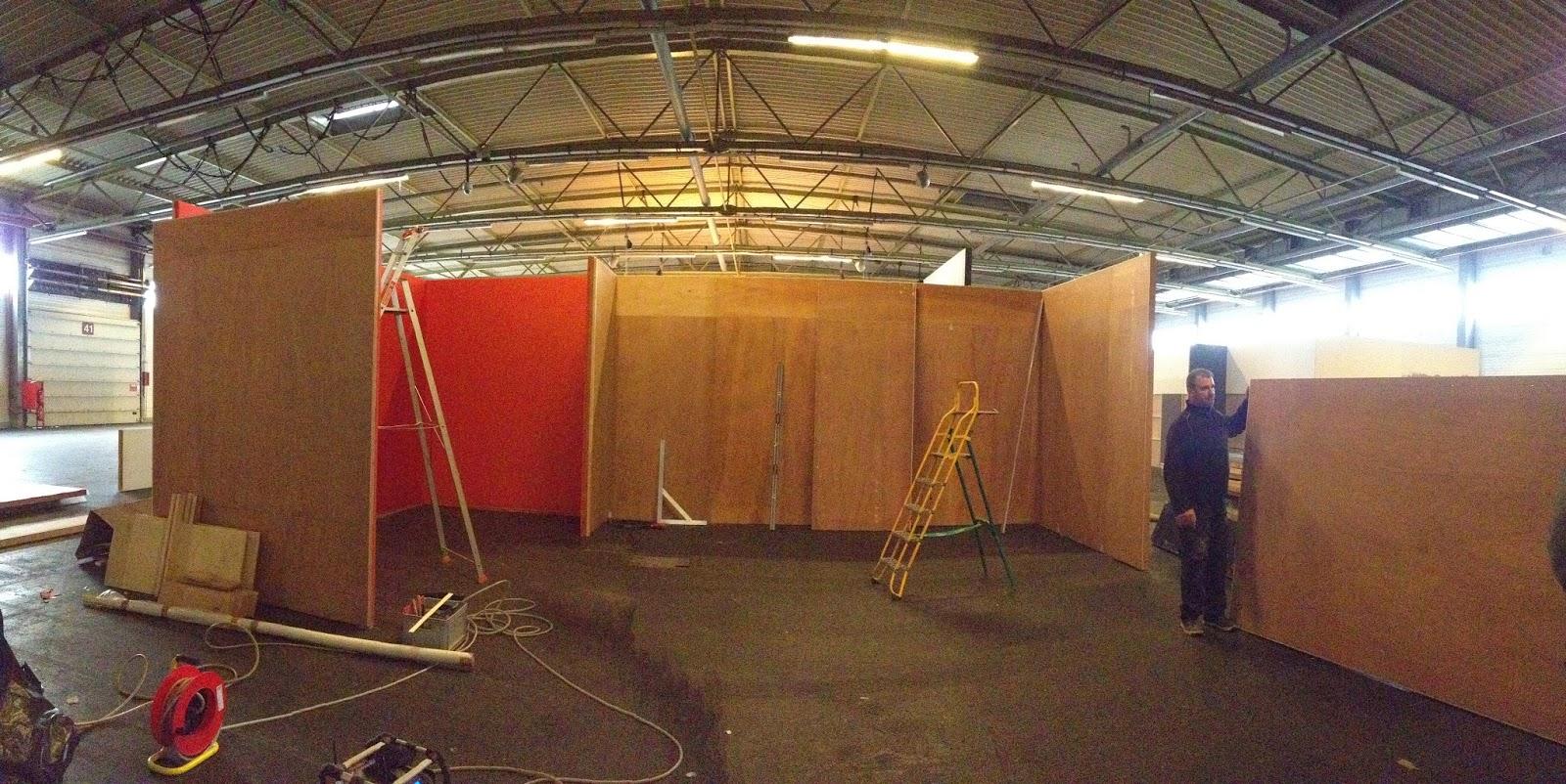 Atelier et comptoir du tapissier tenture murale tissu for Cloison stand salon