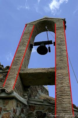 Zdjęcie przedstawiające wieżę dzwonniczą kaplicy na Cyprze, błąd perspektywy, kompozycja