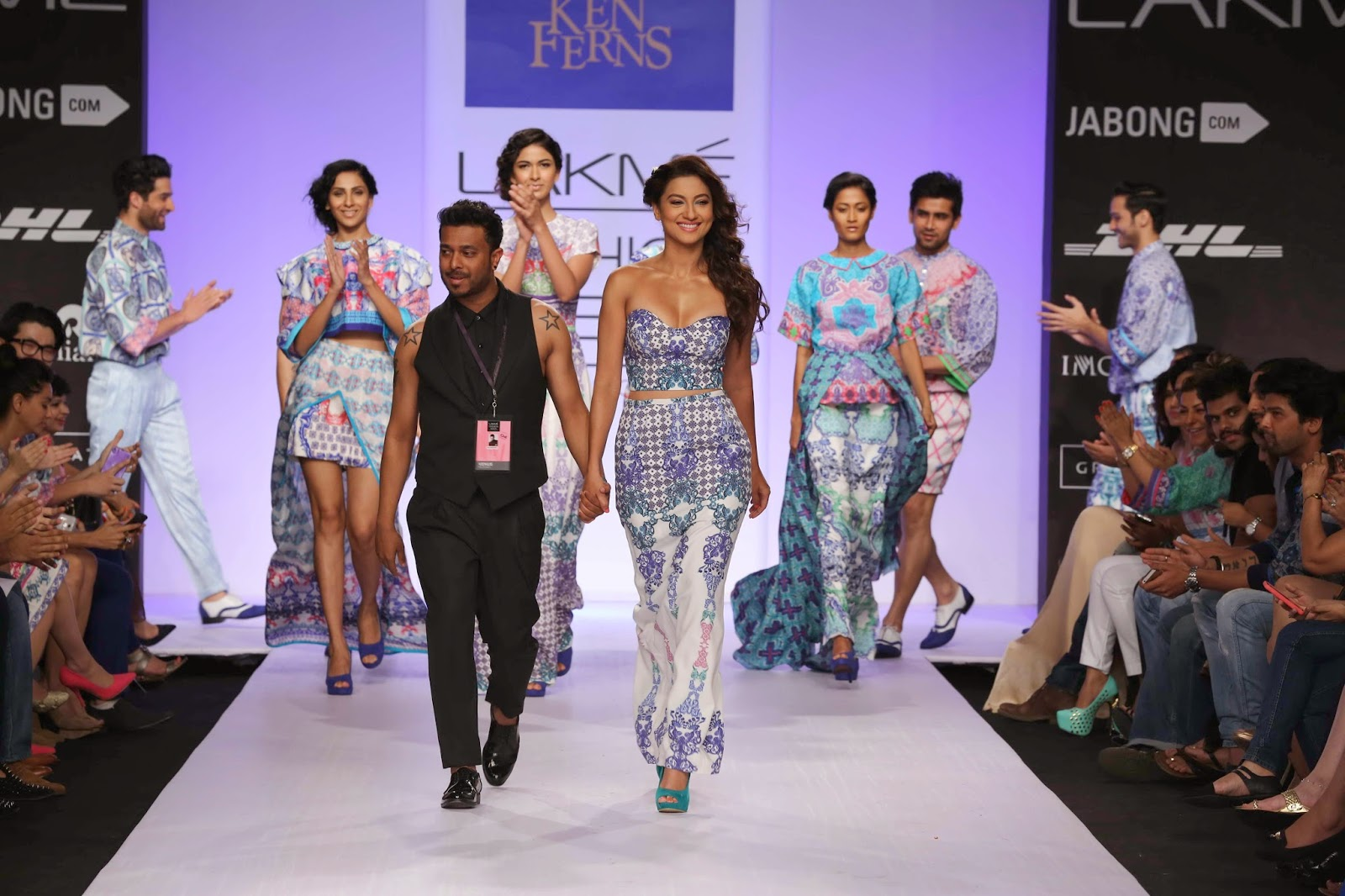 Selecting the perfect showstopper, Ken had the very sultry, sexy Gauhar Khan who slinked down the ramp in a printed corset worn with a long pencil skirt seductively slit at the back.