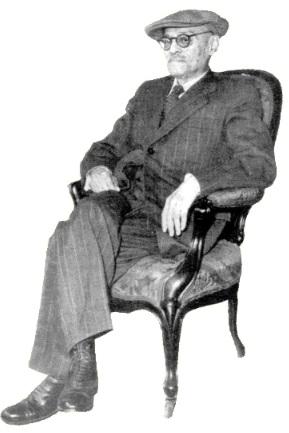 Enrique López Albujar sentado