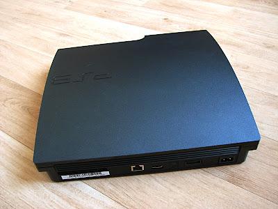 De achterkant van de PlayStation 3 Slim
