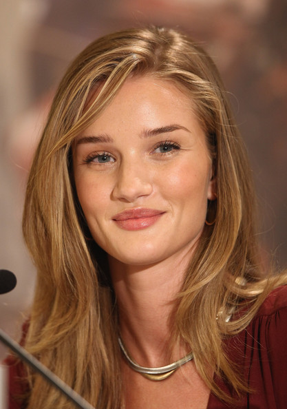 Rosie Huntington Whiteley With A Classic Long Hairstyle Fashion