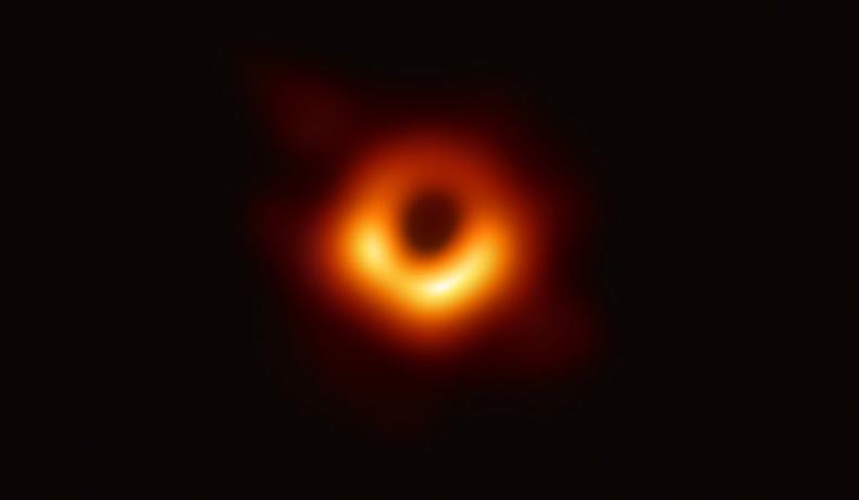 Primeira imaxe do horizonte de sucesos dun buraco negro. Clica na foto para saber máis.