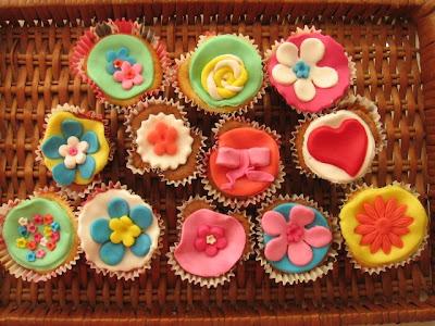 cup cakes decorados com pasta de aúcar