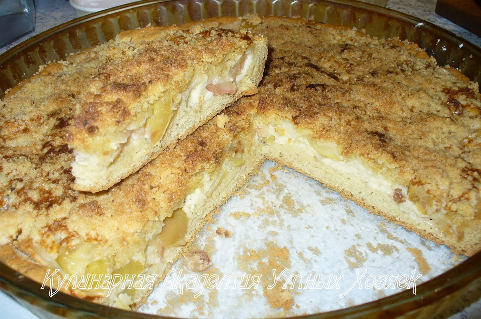 песочный пирог с яблоками в разрезе