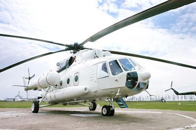Helicóptero militar aterrizando en el helipuerto de la ciudad