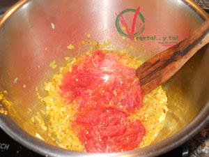 Añadir el tomate y sofreír.