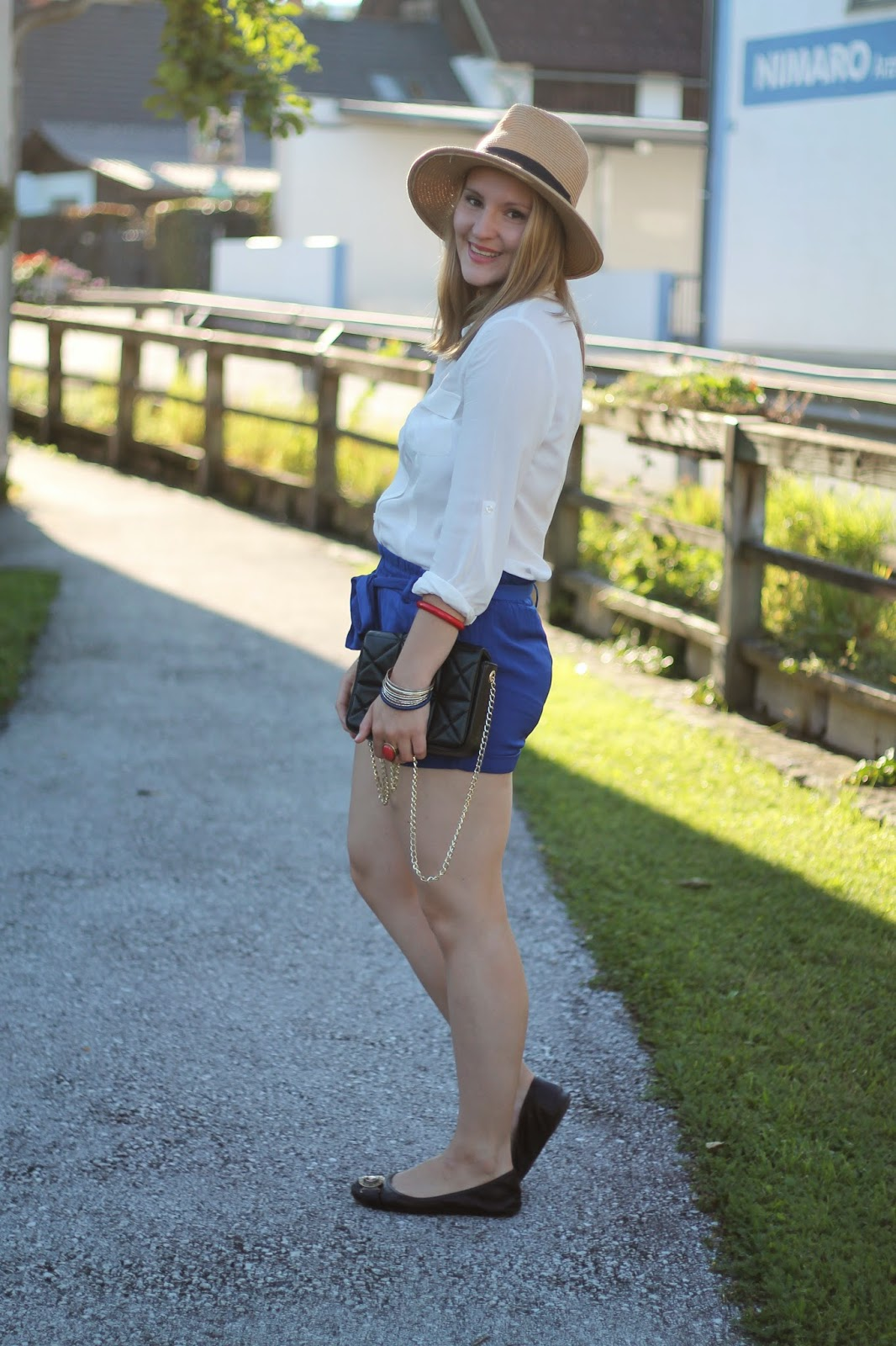 Fashionblogger Austria / Österreich / Deutsch / German / Kärnten / Carinthia / Klagenfurt / Köttmannsdorf / Spring Look / Classy / Edgy / Summer / Summer Style 2014 / Summer Look / Fashionista Look /   / Summer Look / Shorts blue New Yorker / White Blouse Orsay / Hat Forever 21 / Black Chain Cross Body Bag Zara / Vero Moda / Ring Ann Christin / Golden Statement Necklace I Am / Black Burberry Flats /