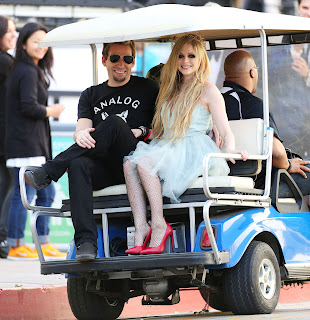 Videoclip » Here's to Never Growing Up [¡100 Millones!] - Página 3 EXPOSTAS.com+Avril+Lavigne+2013-04-07+-+On+Set+of+her+new+Video+HERE%27S+TO+NEVER+GROWING+UP+in+LA+%289%29