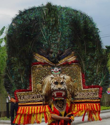 Singo Barong dan Kelana Suwandana adalah dua orang saudara seperguruan ...