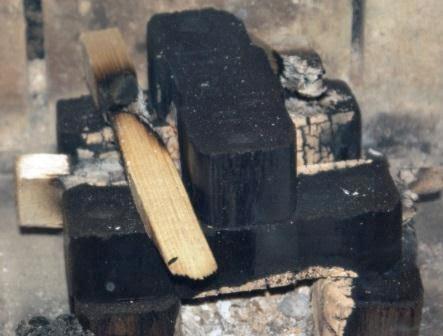 Brykiet po wypaleniu się drewna