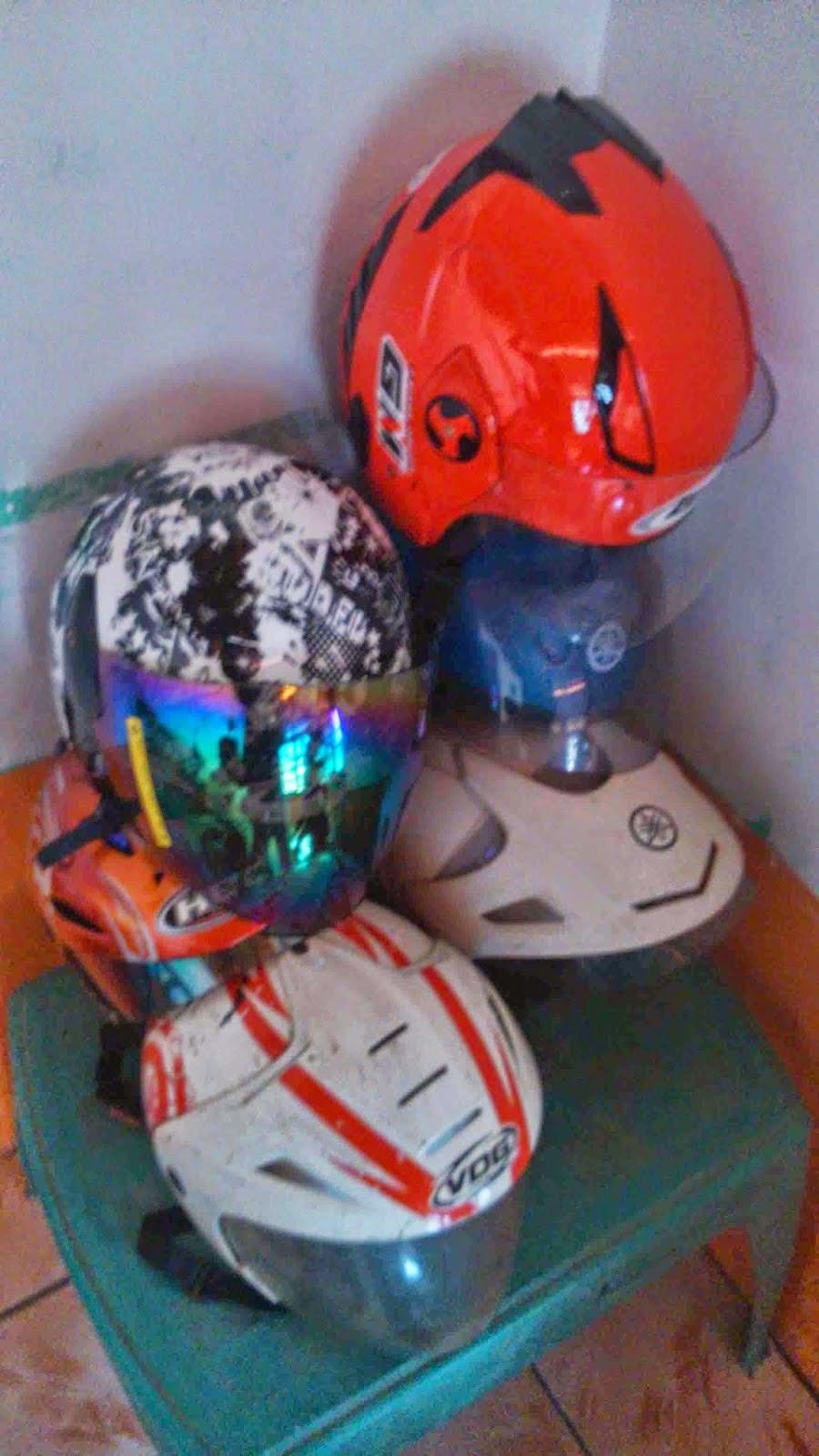 tempat helm gantung