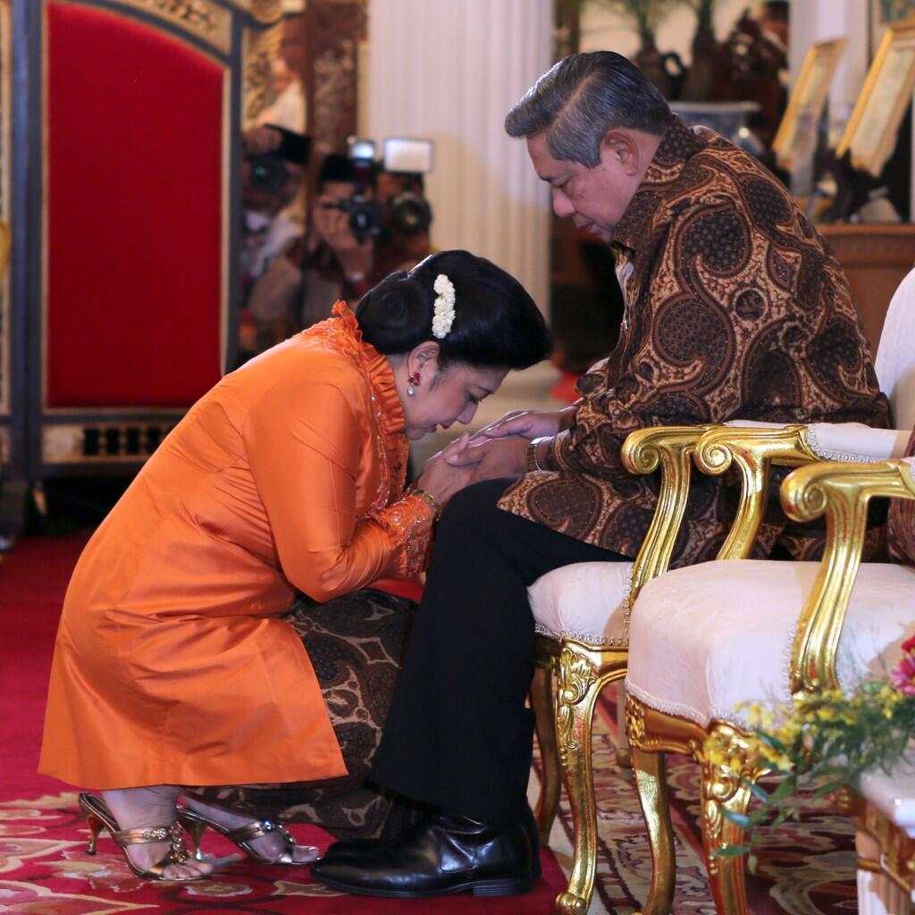 Ny. Ani Yudhoyono sungkem kepada suaminya, Presiden RI Susilo Bambang