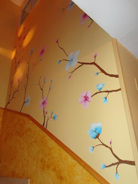 Decoraci n de interiores paredes con empapelado de flores - Pintar mural en pared ...